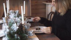 Kvinnan dekorerar jultabellen lager videofilmer