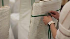 Kvinnan dekorerar stolar på en gifta sig ceremoni lager videofilmer