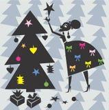 Kvinnan dekorerar Xmas-treen Royaltyfria Bilder