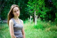 Kvinnan drömmer i en skog royaltyfri foto