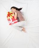 Kvinnan drömmer om gåvabegrepp Arkivfoton