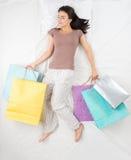 Kvinnan drömmer om shoppingbegrepp Arkivbilder