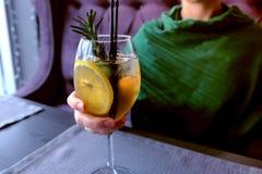 Kvinnan dricker alkoholcoctailen i kafé Räcker närbild arkivbilder