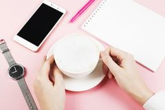 Kvinnan dricker cappuccino Cappuccino för begreppsmorgonplanläggning, n Arkivbild