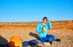 Kvinnan dricker coffe Arkivfoto
