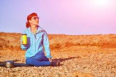 Kvinnan dricker coffe Royaltyfri Foto