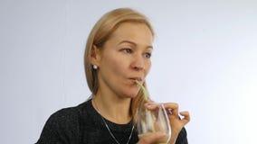 Kvinnan dricker detoxsmoothien, sunt livsstilbegrepp coctail från grönsaken och frukt långsam rörelse arkivfilmer