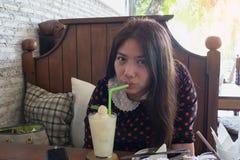 kvinnan dricker kvinnan för hår för den lyckliga kvinnan för kvinnan för litchiplommonfruktsaft härliga den långa bruna Arkivfoton