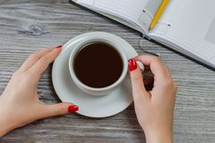 Kvinnan dricker te, medan ha ledighet från att skriva och att studera Mötet för pausavbrottsaffären vilar kopplar av morgondryckm Royaltyfria Foton