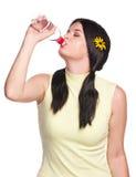 Kvinnan dricker vatten arkivbilder
