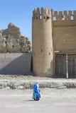 Kvinnan - en muselman missa det forntida tornet Royaltyfri Bild