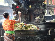 Kvinnan erbjuder på tempelen royaltyfria foton