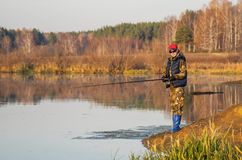 Kvinnan fångar en fisk på snurr Arkivfoton