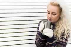 Kvinnan får den varma tumvanten och drinken Royaltyfria Foton