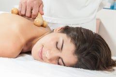 Kvinnan får en massage med det speciala hjälpmedlet royaltyfria bilder