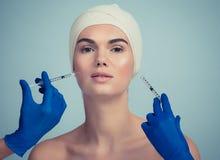 Kvinnan får kosmetiska injektioner royaltyfria foton