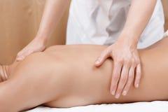 Kvinnan får tillbaka massage arkivbild