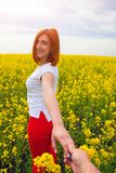 Kvinnan följer mig fotografering för bildbyråer