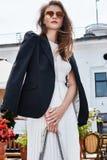 Kvinnan för brunetten för blicken för modestilgatan går den eleganta kaféresta royaltyfri fotografi