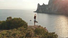 Kvinnan för den flyg- sikten gör yoga