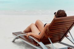 Kvinnan för livsstilen för sommardagen kopplar av nära lyxig sunbath på strandsemesterorten i hotellet arkivfoto