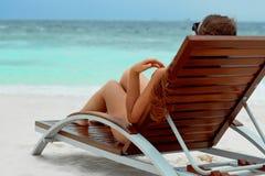 Kvinnan för livsstilen för sommardagen kopplar av nära lyxig sunbath på strandsemesterorten i hotellet royaltyfri bild
