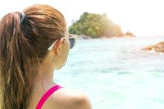 Kvinnan för sommarstrandferie kopplar av på stranden i fri tid royaltyfri bild