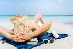 Kvinnan för sommarstrandferie kopplar av på stranden i fri tid arkivfoto
