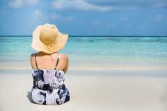 Kvinnan för sommarstrandferie kopplar av på stranden i fri tid arkivbild