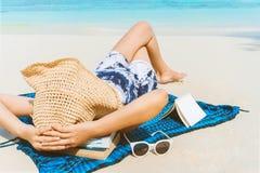 Kvinnan för sommarstrandferie kopplar av på stranden i fri tid royaltyfria bilder