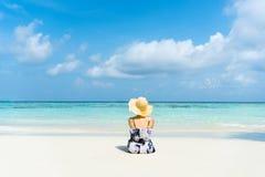 Kvinnan för sommarstrandferie kopplar av på stranden i fri tid arkivbilder