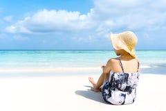 Kvinnan för sommarstrandferie kopplar av på stranden i fri tid royaltyfri fotografi