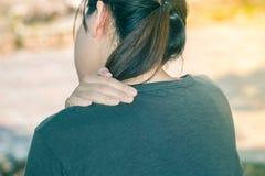 Kvinnan för vit asiatisk kondition för closeupen rymmer den fettiga hennes hals arkivfoton