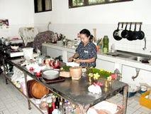 Kvinnan förbereder i köket en andbalinesestil royaltyfria bilder