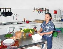 Kvinnan förbereder i köket en andbalinesestil royaltyfri bild