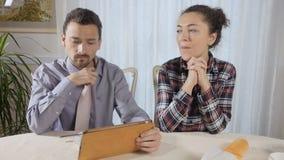 Kvinnan förgiftar hennes man under frukosten arkivfilmer