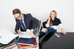 Kvinnan förhindrar en man för att arbeta Talande telefon Det Royaltyfri Bild