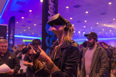Kvinnan försöker virtuell verklighethörlurar med mikrofon Arkivfoto