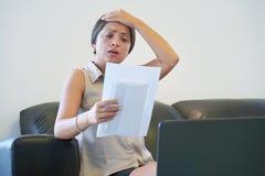 Kvinnan fick en uvolnenii för dålig bokstav arkivfoto