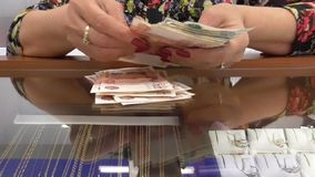 Kvinnan finner pengar stock video