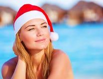 Kvinnan firar jul på Maldiverna Royaltyfri Fotografi