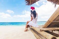 Kvinnan firar jul på stranden Royaltyfri Fotografi