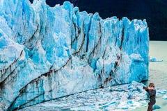 Kvinnan fotograferar den blåa isväggen Royaltyfria Foton