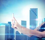 Kvinnan fotograferar den futuristiska staden Royaltyfri Bild