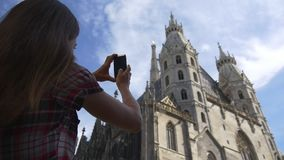 Kvinnan fotograferar Stephansdom i Wien stock video