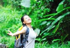 Kvinnan frigör rainforesten Arkivfoto
