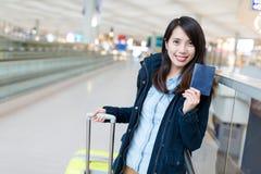 Kvinnan går att resa med hennes resväska- och innehavpass royaltyfria foton