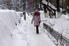 Kvinnan går i vinter Royaltyfria Foton