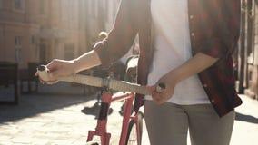 Kvinnan går med cykeln lager videofilmer