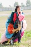 Kvinnan går med exakt paraclown, når han har landat royaltyfri foto